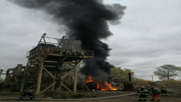 Incendiu violent în județul Prahova, la un bazin cu 8 tone de bitum