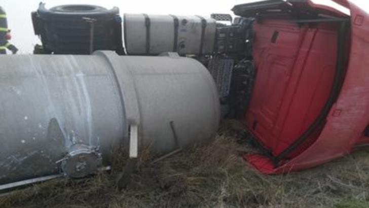 Pericol de explozie! O cisternă cu sodă caustică s-a răsturnat pe DN 5B, în județul Giurgiu