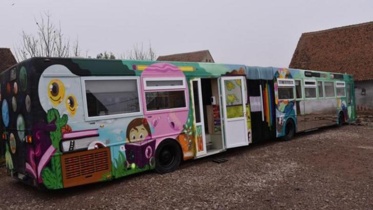 FOTO Ce nu pot guvernanții, dar pot voluntarii. Un autobuz dezafectat, transformat într-o sală de clasă ultramodernă
