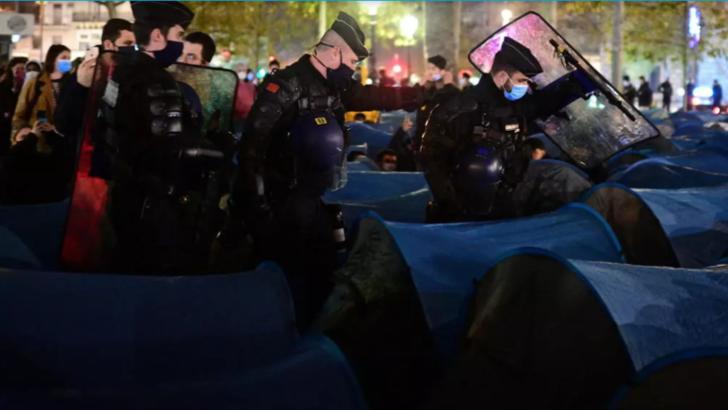 Gaze lacrimogene, folosite de forțele de ordine pariziene pentru a evacua o tabără de migranți
