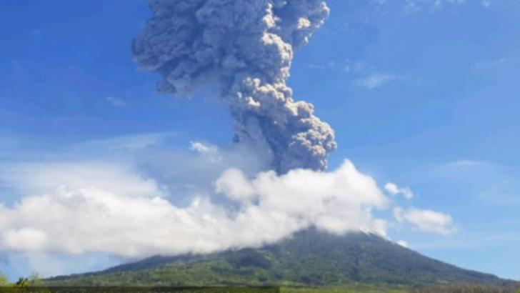 Autoritățile indoneziene, în alertă: Vulcanul Lewotolo a începută să erupă. Aeroportul local, închis