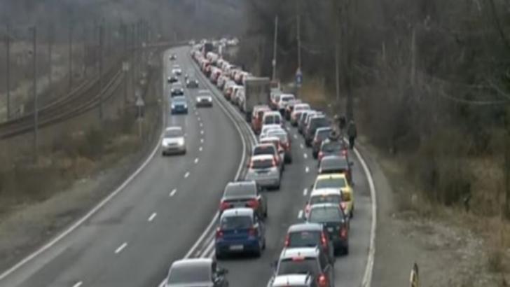 Trafic aglomerat în această după amiază pe DN 1. Mii de turiști merg spre stațiunile din Prahova