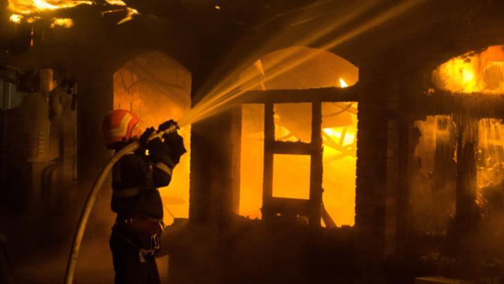 Gospodărie mistuită de flăcări în municipiul Tecuci. Pompierii avertizează asupra RISCURILOR la care se supun oamenii în perioada rece