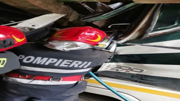 Accident incredibil în județul Iași: A intrat cu cisterna în casa unor localnici. Șoferul, rănit