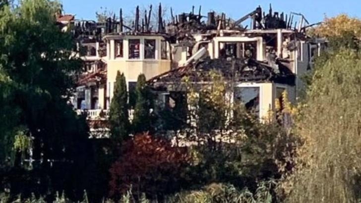 Pagube de milioane de euro la vila arsă din Izvorani care a aparținut lui Irinel Columbeanu Foto: Facebook.com/MirceaUzunov