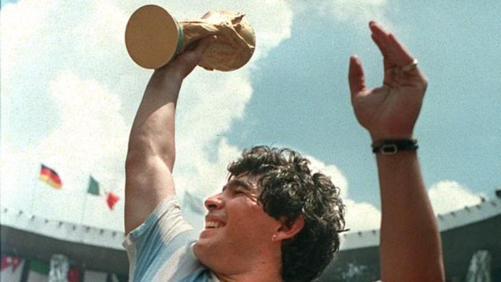 Diego Maradona a murit
