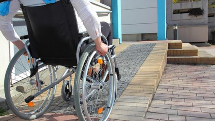 Tânăr cu handicap grav, lăsat de autorități fără însoțitor: Comisia a decis că s-a vindecat peste noapte!