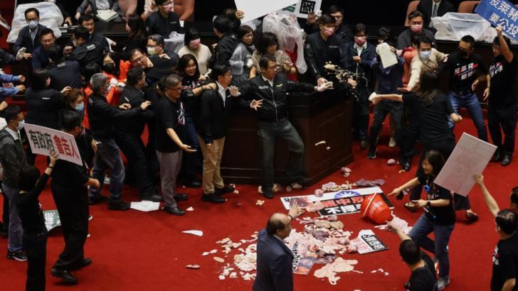 VIDEO | Din lipsa de argumente, parlamentarii Opozitiei din Taiwan au aruncat cu organe de porc in premier