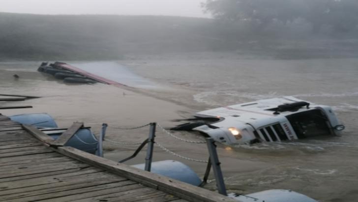 TIR răsturnat în apele râului Ialomița. CE s-a întâmplat cu șoferul