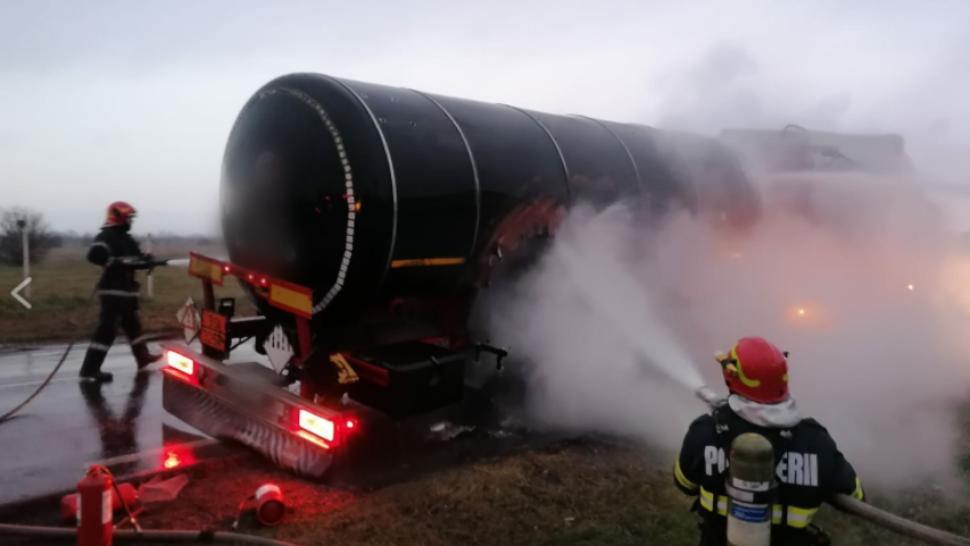 FOTO Accident spectaculos, o cisternă cu zeci de tone de bitum a luat foc (sursa foto: botosaninews.ro)