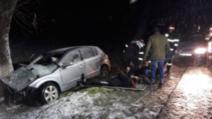 FOTO: Patru oameni la spital, după ce maşina în care se aflau s-a izbit de un pom