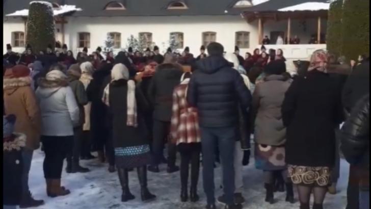 Concert de colinde cu sute de oameni la o renumită mănăstire din Moldova
