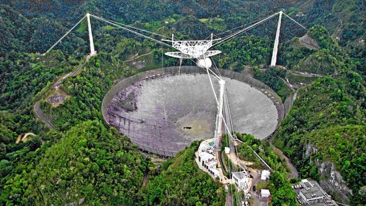 Radiotelescopul gigant Arecibo s-a prăbușit brusc, într-un mod neplanificat. Expert: