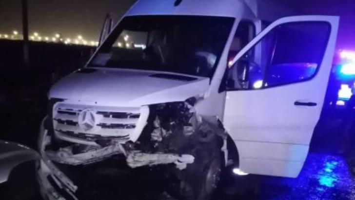 Accident grav între un autoturism și un microbuz, pe un drum județean din Giurgiu. 21 de persoane sunt implicate