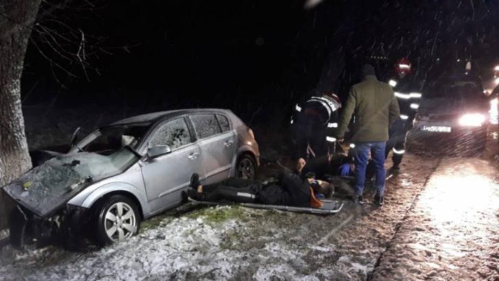 FOTO: Patru oameni la spital, dupa ce masina in care se aflau s-a izbit de un pom