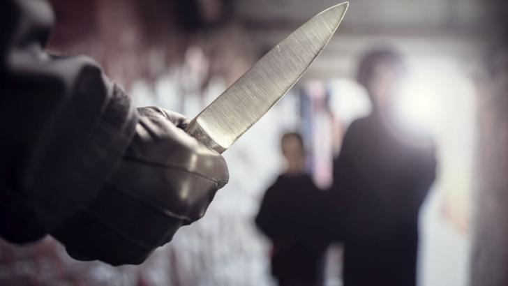 INCREDIBIL. Motivul ireal pentru care doi români din Franța au fost atacați cu un cuțit în plină stradă
