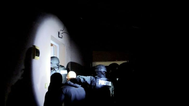 Percheziții în Caraș Severin, după amenințări cu arme de foc pe Facebook. 10 suspecți audiați