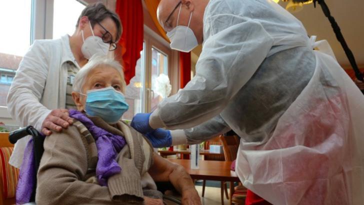 Germania a început vaccinarea împotriva COVID-19 - Prima persoană vaccinată are 101 ani Foto: DPA