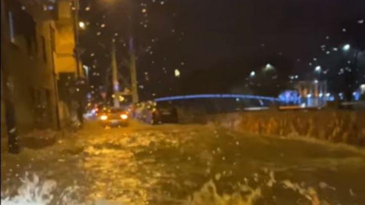 VIDEO Străzi și gospădării inundate la Cluj Napoca, după o avarie majoră la o conductă (sursă foto: FB/Info trafic Cluj)
