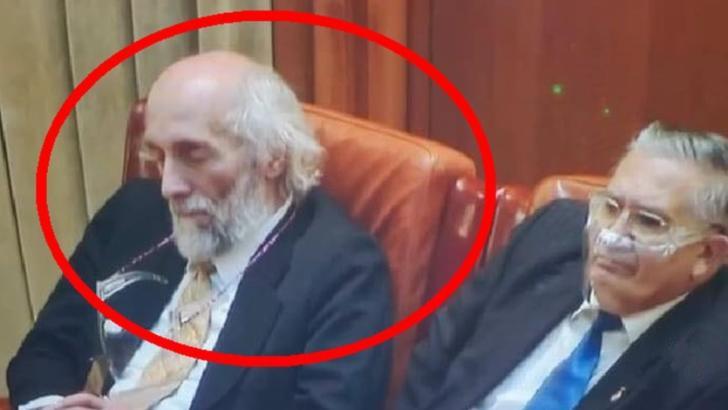 Somn sau meditație? Cum explică un parlamentar AUR fotografiile în care pare să doarmă