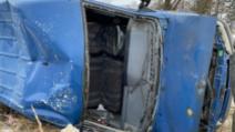 FOTOGALERIE Accident spectaculos în județul Suceava, au ajuns cu microbuzul pe calea ferată