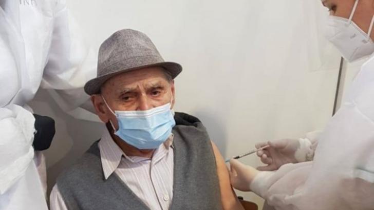 Cel mai bătrân român care s-a vaccinat are 105 ani: Ne mândrim cu dumneavoastră, domnule profesor / Foto: Ovidiu Drăgan
