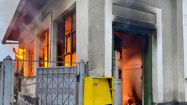 La un pas de tragedie: Șapte persoane, printre care și patru copii, evacuate de jandarmi dintr-o casă cuprinsă de flăcări, în Bistrița Năsăud