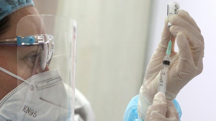 Idee inedită a autorităților gorjene: Persoanele cu afecțiuni medicale, duse la vaccinare cu microbuzul școlar