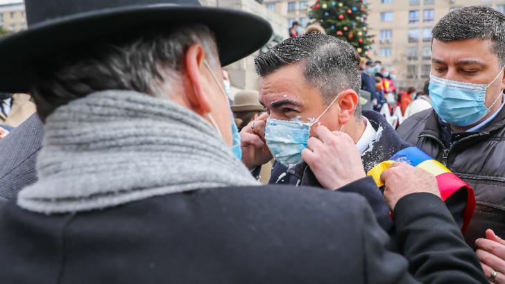 Primarul Chirica atacat cu iaurt de Ziua Unirii Principatelor /foto: INQUAM Liviu Chirica