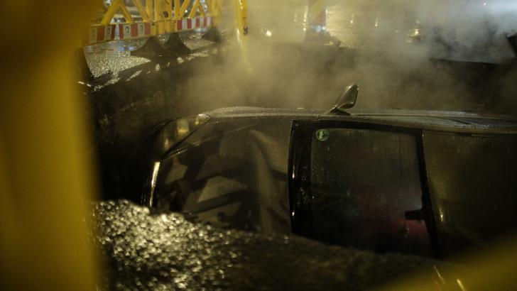 Mașină înghițită de groapă / Foto: Inquam Photos, Octav Ganea