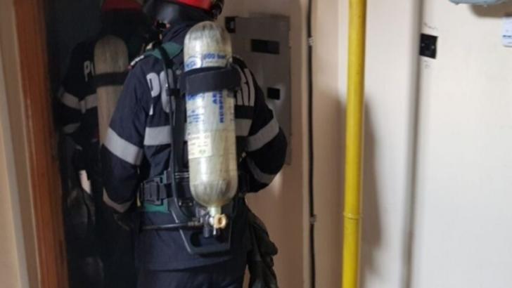 Incendiu violent într-un bloc din Galați, un bărbat a fost cuprins de flăcări