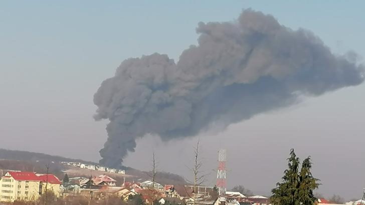 FOTO + VIDEO Incendiu de proporții la Iași, coloana de fum s-a văzut din tot orașul