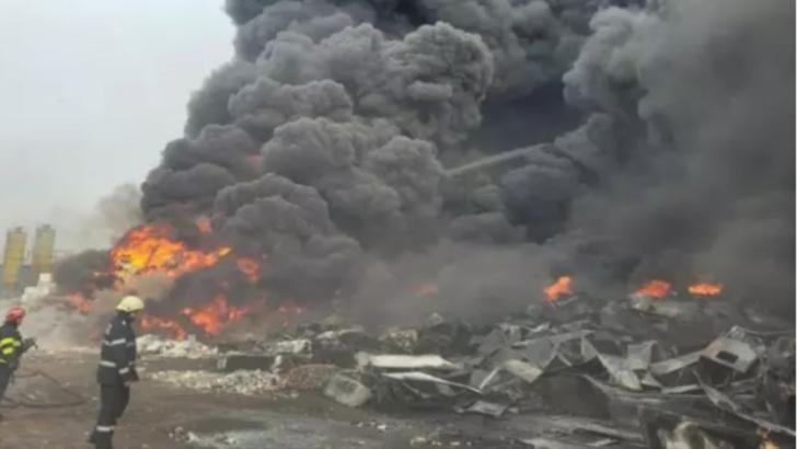 Aproximativ 24 de ore de intervenție dificilă pentru lichidarea incendiului de la depozitul de frigidere din județul Buzău