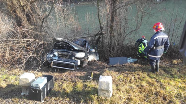 Accident auto grav. S-au răsturnat cu mașina în albia râului. Cei doi pasageri sunt răniți, dar au scăpat cu viață