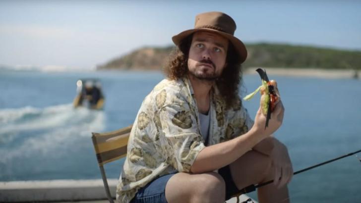 VIDEO Reclama controversata cu un pescar care mananca un sandvis cu...liliac