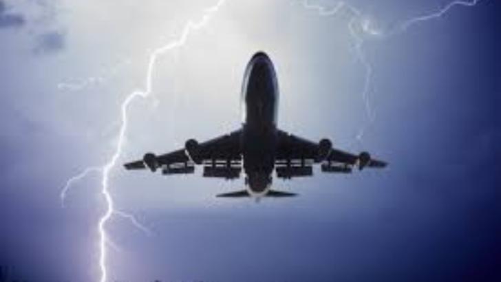 Avion în care se aflau pasageri români, lovit de fulger la decolarea din Italia (foto: arhiva)