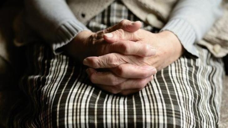 """O bătrână a murit în fața spitalului, așteptând o scrisoare medicală: """"Mai aveam nevoie de o ștampila rotundă"""""""