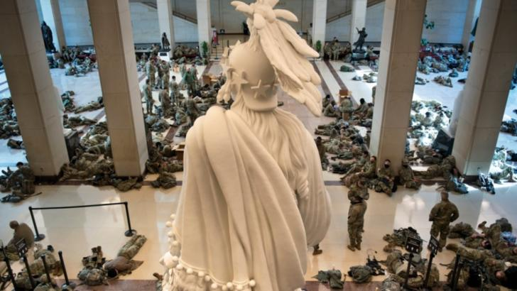 """Imagini ISTORICE din Capitoliu în ziua în care Trump a fost acuzat de """"incitare la insurecție"""". Militarii, pe jos, cu armele lângă ei FOTO"""