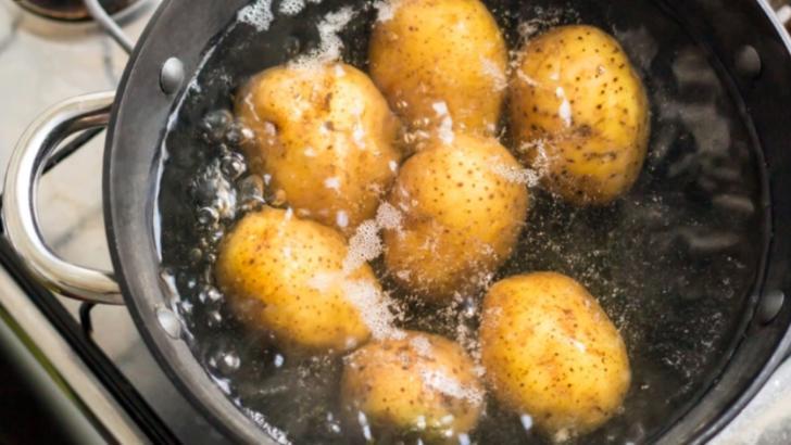 Nu mai arunca apa în care au fiert cartofii. Uite la ce poți s-o folosești