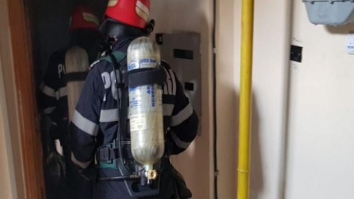 Pompierii intervin la un incendiu într-un bloc din Piatra-Neamț