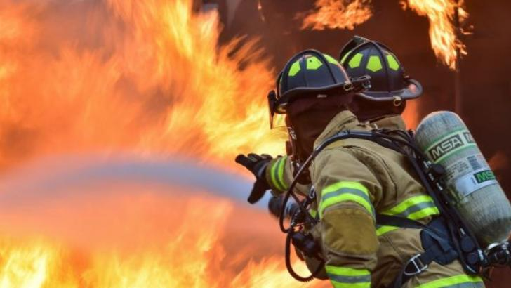 Explozie, pompierii au intervenit