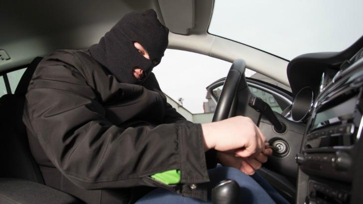 Hoțul ghinionist al începutului de an. A vrut să fure mașina, dar n-a reușit s-o pornească. Așa că...a împins-o un kilometru