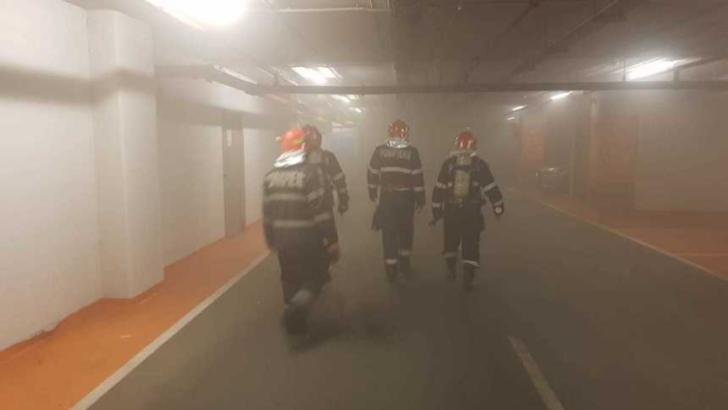 Incendiu într-un mall: zeci de persoane evacuate de urgență! Incendiul a izbucnit la o mașină din parcarea subterană