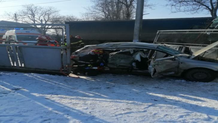 FOTO/ Impact nimicitor între un TIR și un autoturism, în județul Iași! Trei morți și doi răniți