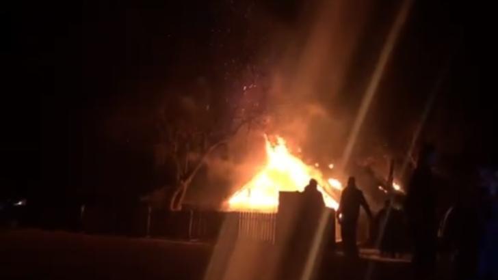 VIDEO Incendiu uriaș într-o comună din Iași, pompierii s-au luptat ore întregi cu focul