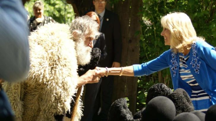 FOTO. Întâlnirea dintre un opincar din Vâlcea şi prima doamnă a SUA, Jill Biden