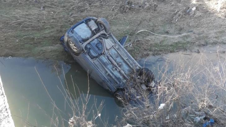 Au căzut cu mașina într-un pârâu. Cei doi pasageri au scăpat ca prin minune fără nicio zgârietură