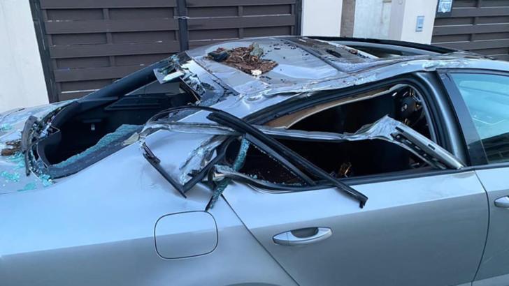 Mașina lovită de un copac doborât de vânt, în Sectorul 1