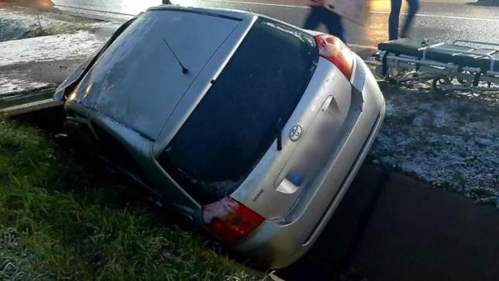 O șoferiță a fugit după ce a intrat cu mașina într-un podeț în jud. Satu Mare și a rănit o femeie! Măsura luată de Poliție