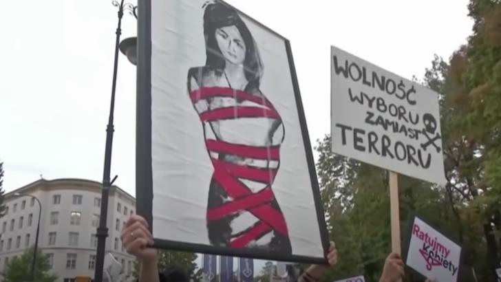 Manifestații în Polonia față de legea avortului. Foto: captură YouTube